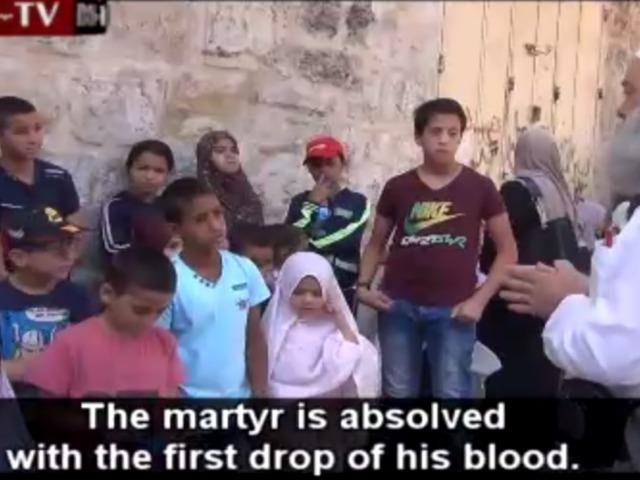Egy bátor arab férfi helyreteszi a gyerekeket uszító sejket