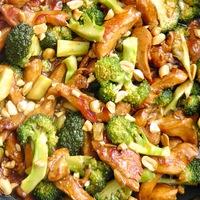Csirkecsíkok brokkolival és mogyoróval