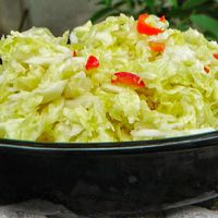 Pikáns kelkáposzta saláta chilivel