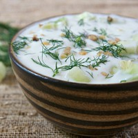 Hideg joghurtos uborkaleves kaporral és pirított dióval -Tarator