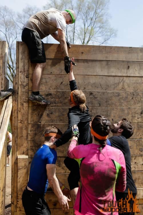 tough-mudder_berlin-walls_wall-climb_pull-up_legionnaire_0.jpg