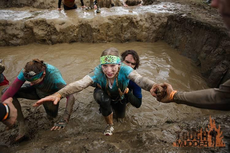 tough-mudder_mud-mile_mud-pit-run_pull-ups_teamwork_0.jpg