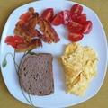 Reggeli: bacon-tojás-paradicsom
