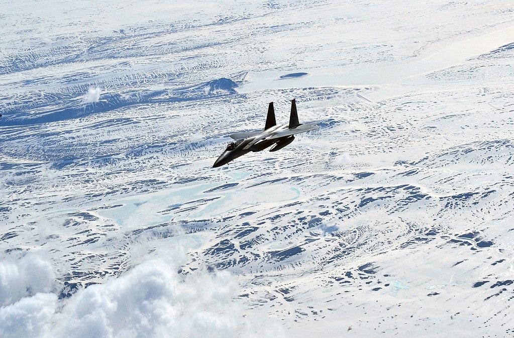 Amerikai F-15C vadászrepülőgép Izland felett. 2006 előtt állandó jelleggel települtek amerikai vadászrepülők a szigetországban, azóta rotációs alapon települnek ki a Keflavík melletti légi támaszpontra különböző NATO-államok repülői. (forrás: Wikipedia)