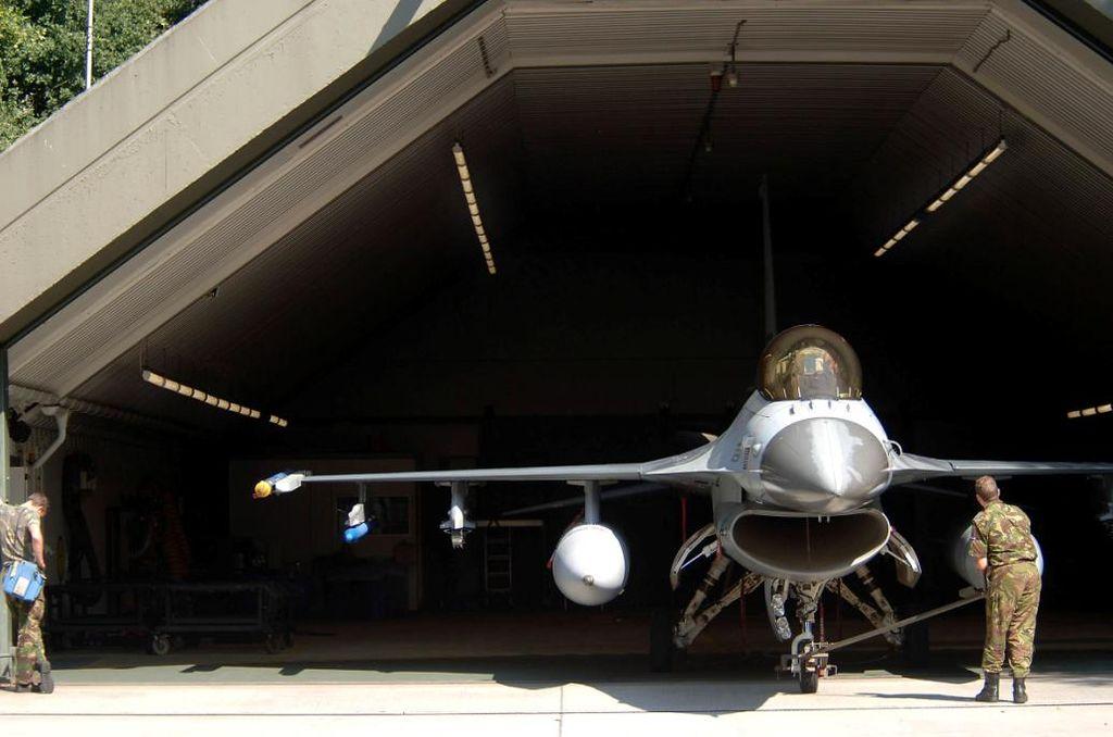 1024px-f16-hangar.jpg