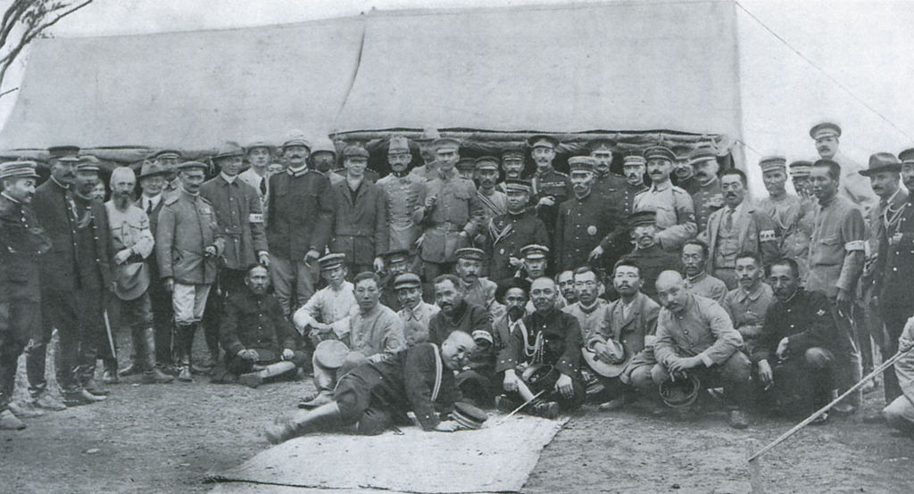 1024px-general_kuroki_and_his_staffs_foreign_officiers_and_correspondents.jpg
