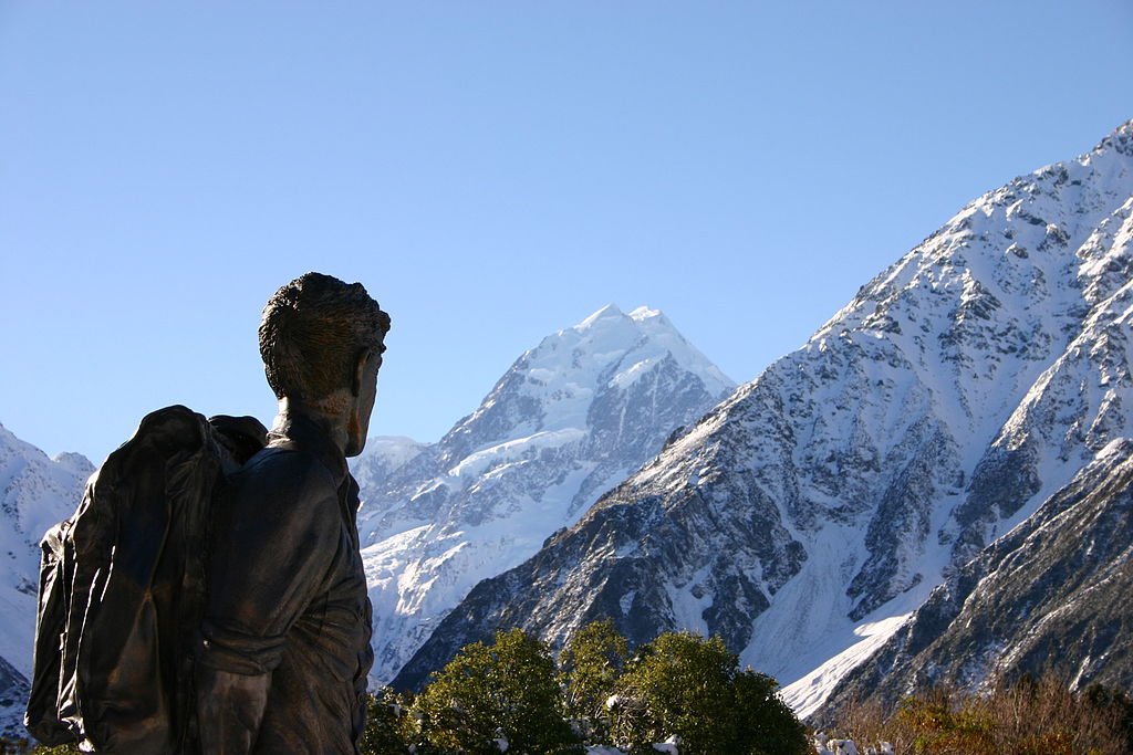 1024px-hillary_statue_and_mount_cook.jpg