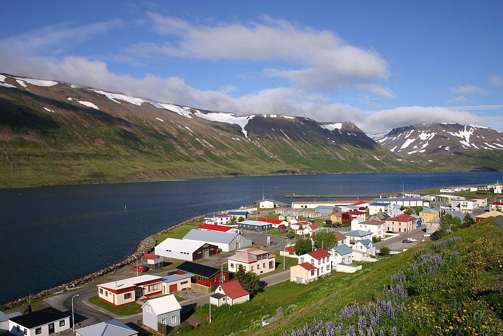 Az izlandi lakosság nem Reykjavíkban és környékén élő kétharmada ilyen és ehhez hasonló kisebb városokban, falvakban él, jobbára a tengerpart mentén. A képen az alig háromszáz fős Suðureyri halászfalucska látható. (forrás: Wikipedia)