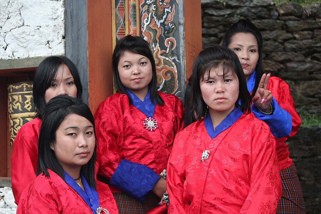 Bhutáni hölgyek. (forrás: Wikipedia)