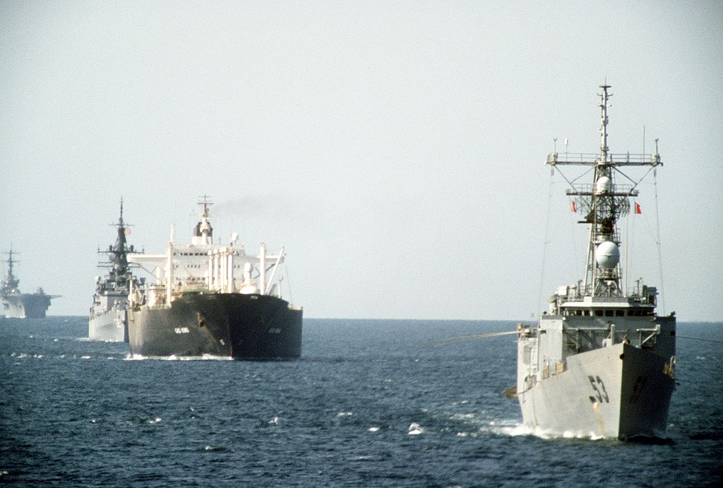 1024px-uss_hawes_ffg-53_uss_william_h_standley_cg-32_and_uss_guadalcanal_lph-7_escort_tanker_gas_king_in_the_persian_gullf_on_21_october_1987_6432283.jpg