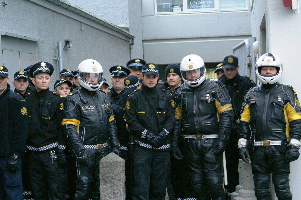 Izlandi rendőrök a 2008-as válság idején tartott egyik demonstráció alatt. A szigetország néhány száz fős rendőri testülete az egyik a világon, amelynek tagjai a hétköznapokban nem viselnek lőfegyvert. (forrás: Wikipedia)
