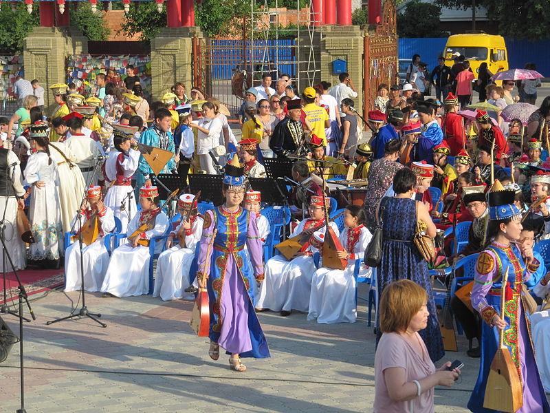 A hagyományok és a kulturális örökség ápolása fontos a kalmükök számára - ma már persze elsősorban a turistákat szórakoztatják az előadásokkal. (forrás: Wikipedia)
