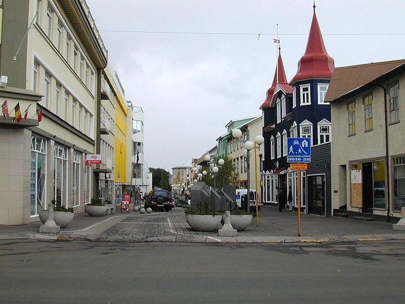 Izland egyik legnépesebb települése a sziget északi részén fekvő, közel húszezres Akureyri városa, amelynek főutcája látható a képen. (forrás: Wikipedia)