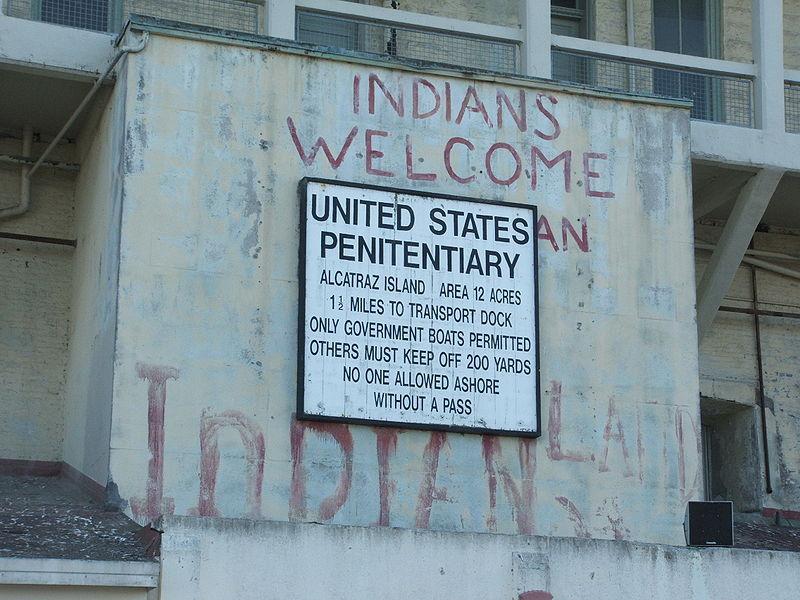 Az 1969-1970-es indián szigetfoglalás emléktáblája. (forrás: Wikipedia)