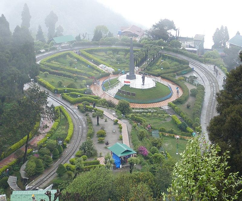 800px-batasia_loop_from_top_darjeeling_27507067447.jpg