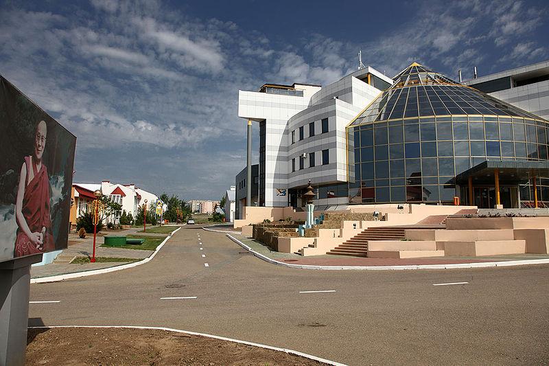 A kalmükföldi fővárosban, Elisztában az 1998-as sakkolimpia tiszteletére létrehozott Sakkváros látképének egy részlete. (forrás: Wikipedia)