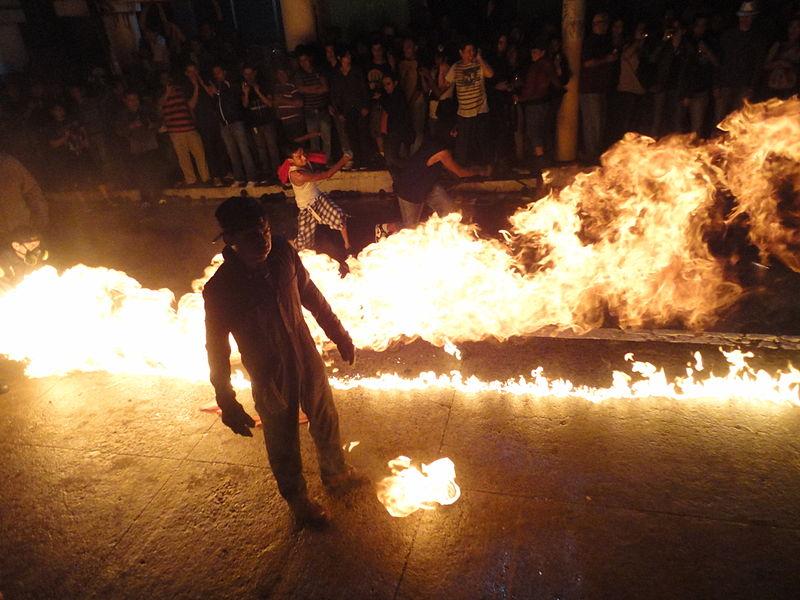 800px-festival_de_bolas_fuego_nejapa_el_salvador.jpg