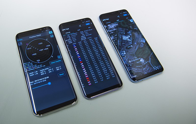 800px-galileo_in_smartphones_esa385423.jpg