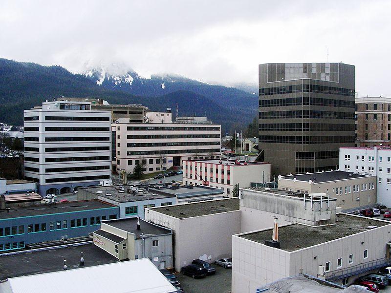 Alaszka fővárosának, Juneaunak a látképe. A településnek nincsen szárazföldi összeköttetése az állam többi részével (hajóval vagy repülőgéppel közelíthető meg), ezért már többször felmerült a kormányzat átköltöztetése Anchorage-ba. (forrás: Wikipedia).
