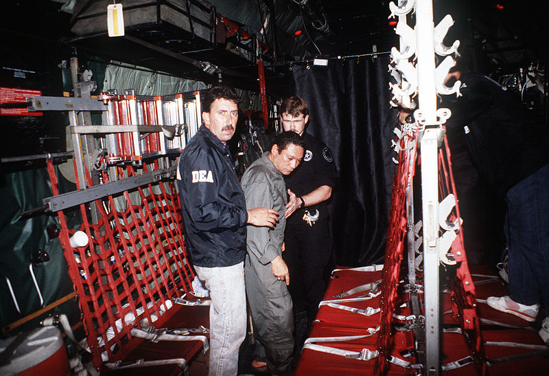 800px-manuel_noriega_with_agents_from_the_u_s_dea_1.jpg