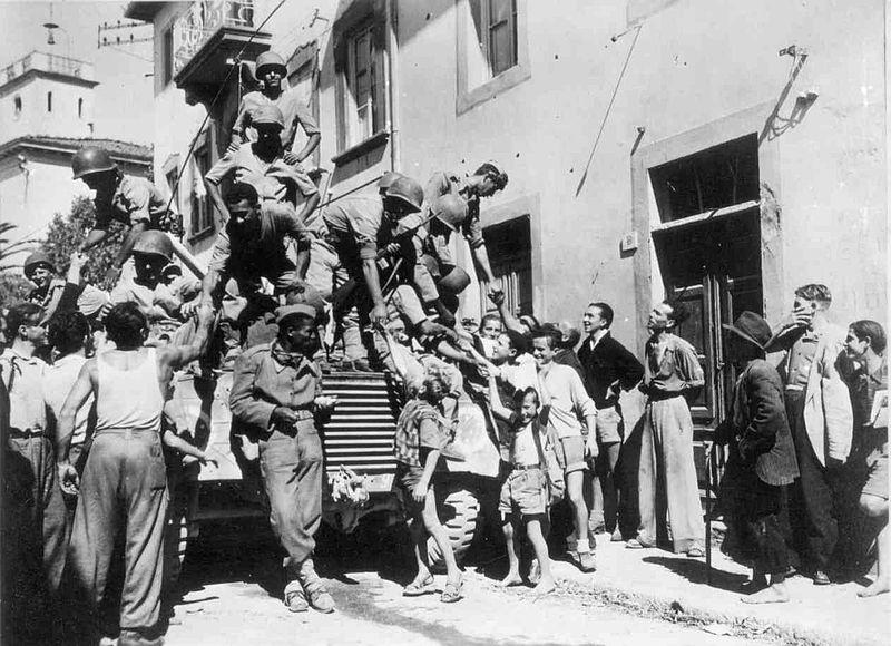 Olasz civilek köszöntik a Massarosa városába bevonuló brazil katonákat 1944 szeptemberében. (forrás: Wikipedia)