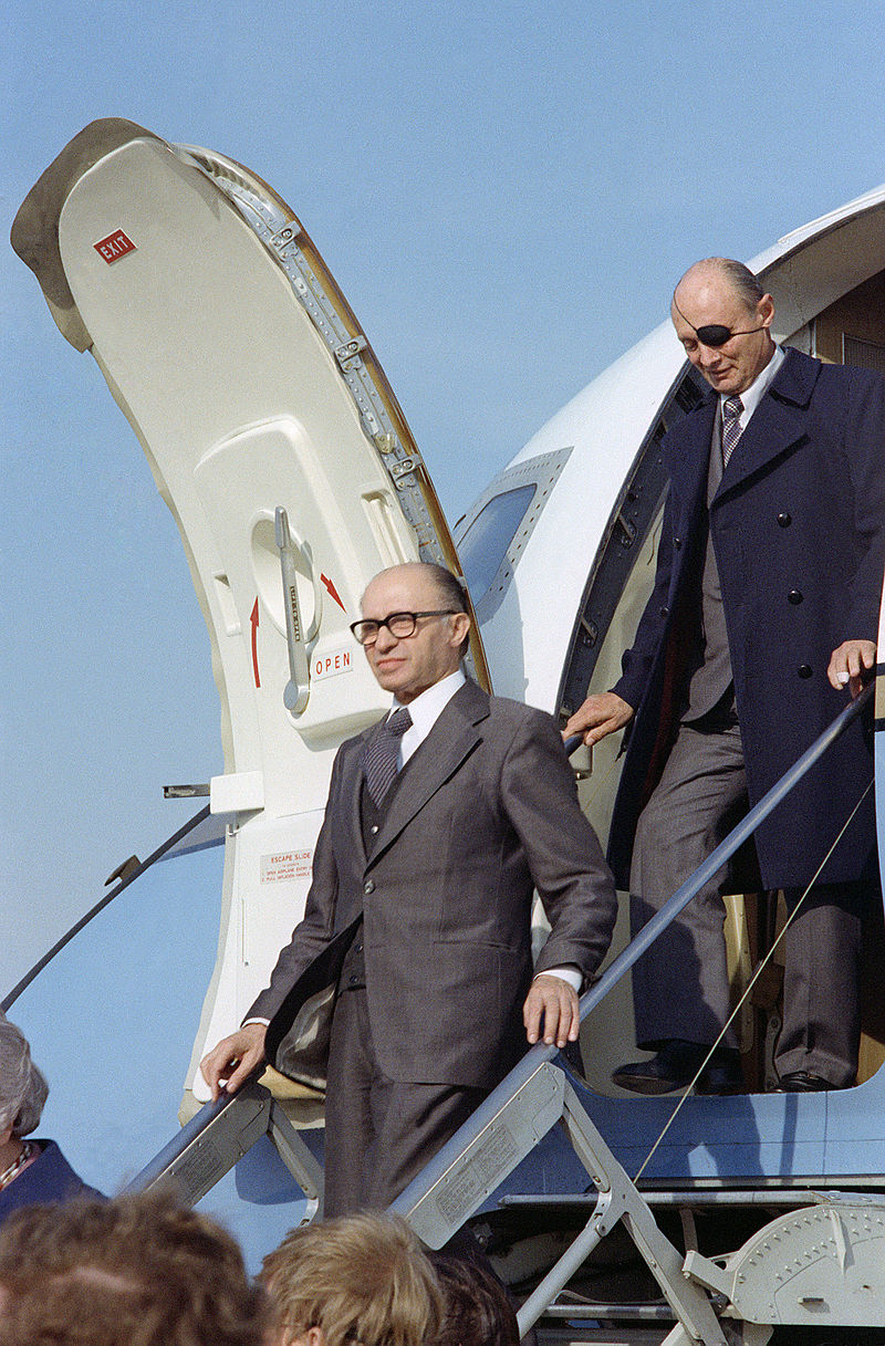 800px-menachem_begin_and_moshe_dayan_exits_from_an_aircraft.jpg