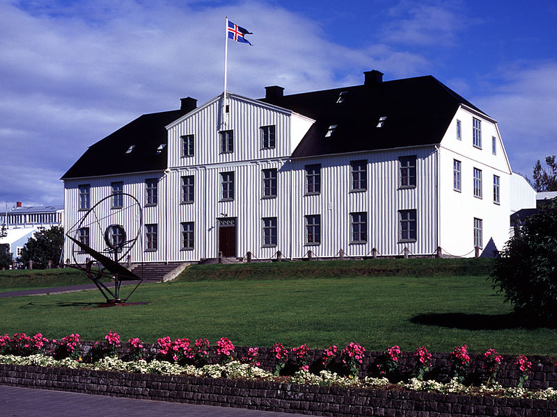800px-menntaskolinn_i_reykjavik_main_building_2004.jpg