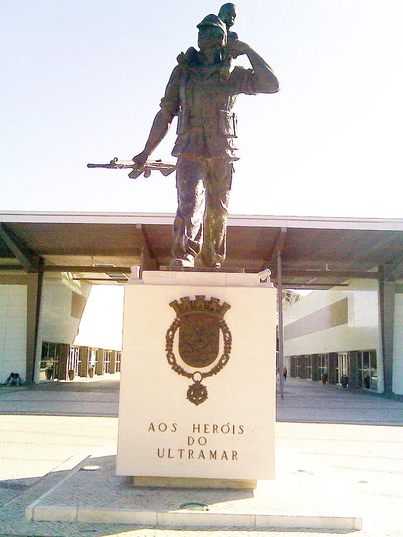 A portugál tengerentúli területek hőseinek emlékműve Coimbra városában. (forrás: Wikipedia)
