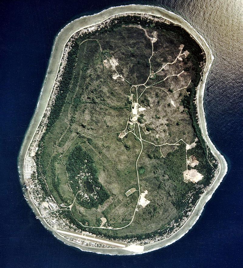 Nauru egy műholdképen. A sziget déli részén helyezkedik el a kvázi-főváros, Yaren és az ország egyetlen repülőtere, a Yaren Nemzetközi Repülőtér. (forrás: Wikipedia)