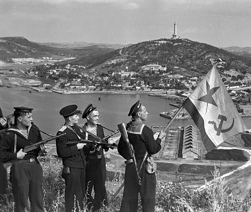 800px-rian_archive_834147_hoisting_the_banner_in_port-artur_wwii_1941-1945.jpg
