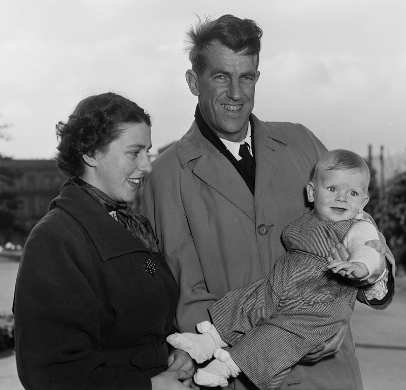 800px-sir_edmund_and_lady_louise_hillary_with_their_son_peter_1955.jpg