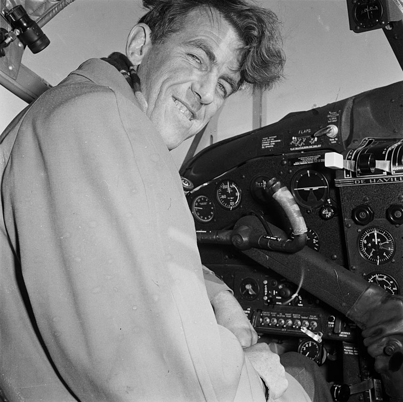 800px-sir_edmund_hillary_in_the_cockpit_of_the_trans-antarctic_expedition_s_aeroplane_rongotai_wellington_1956.jpg