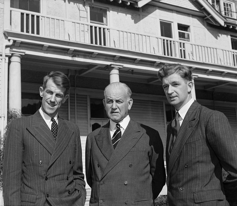 800px-sir_edmund_hillary_sir_willoughby_norrie_and_george_lowe_at_government_house_wellington_1953.jpg