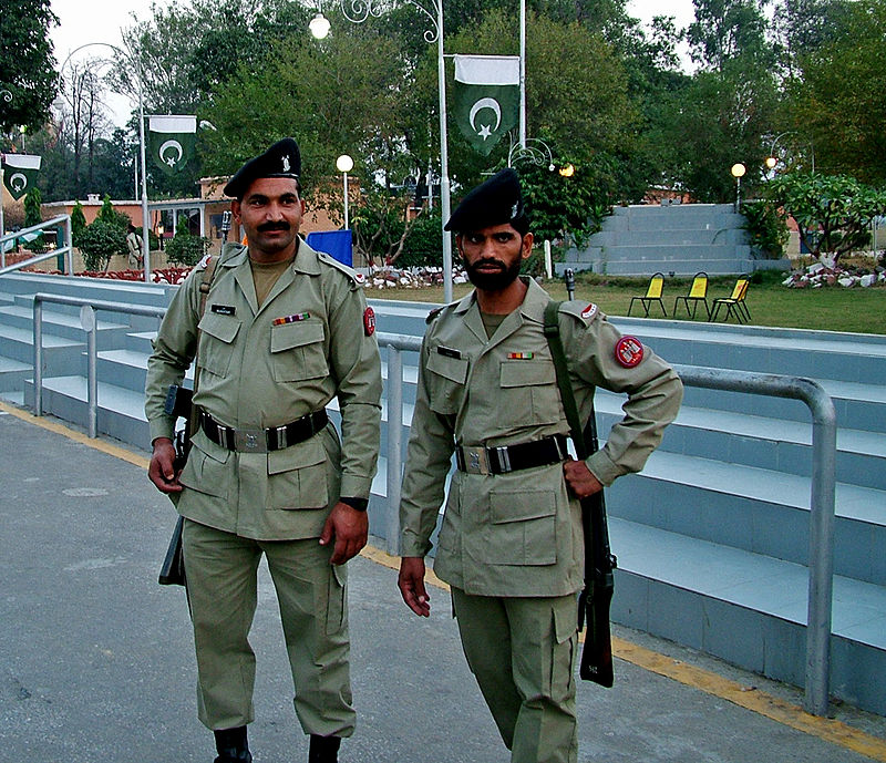 800px-soldiers_at_wagah_border.jpg