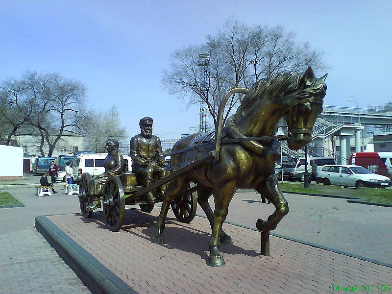 800px-statue_of_settlers_birobidzhan.JPG