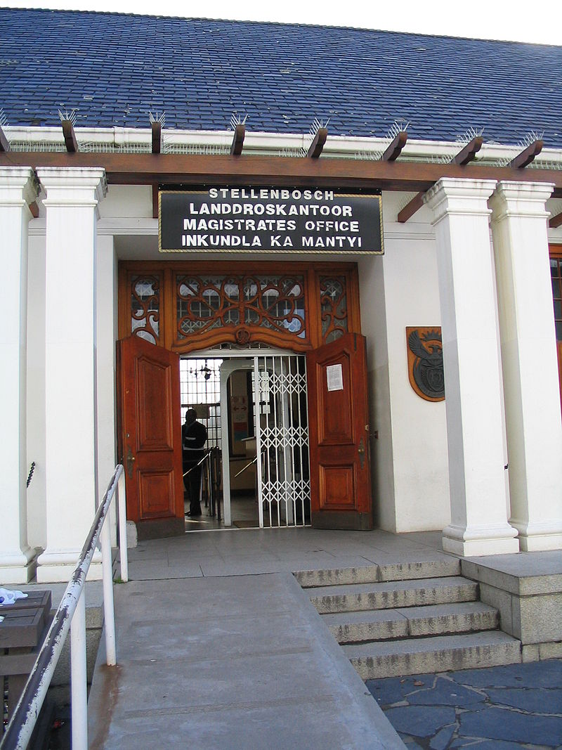 800px-stellenbosch_magistrate_s_office_entrance.JPG