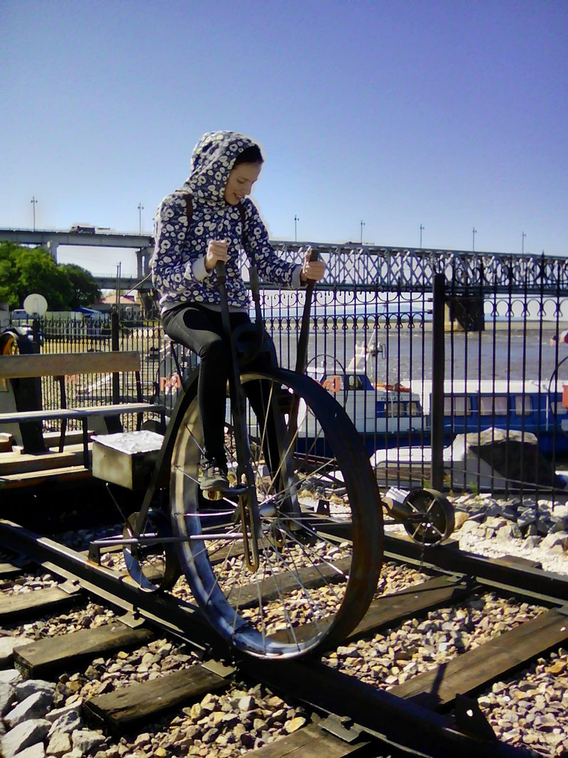 800px-tricicle_combined_railway_bike_combined_pedal_and_hand_driven_khabarovsk_russia_museum_of_amur_bridge.jpg