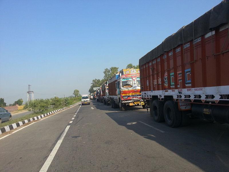 800px-trucks_on_nh1_waiting_to_cross_wagah_border.jpg