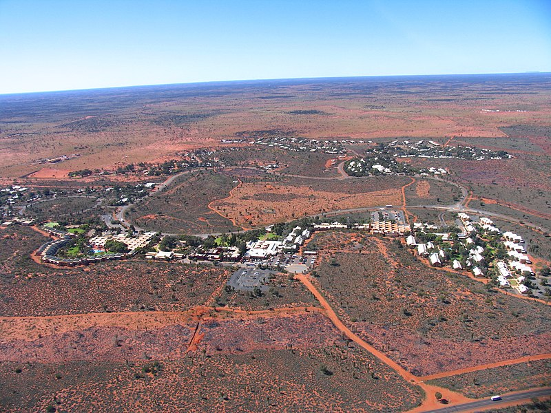 800px-yulara_from_helicopter_august_2004.jpg