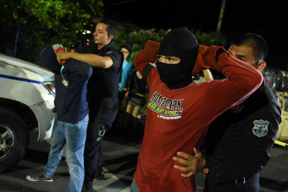 Salvadori fiatalok, akik túlzásba vitték a tűzlabda-dobálást - pontosabban továbbfejlesztették (pisztolyok formájában), és emelték a tétet (megpróbálták kinyírni a rivális bandák tagjait). Sajnos Salvador az utóbbi időben az ilyen 'fesztiválokkal' kerül be a hírekbe. (forrás: abc.com)