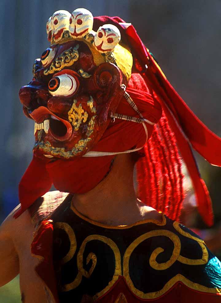 Az egyik buddhista fesztivál álarcos résztvevője. (forrás: Wikipedia)