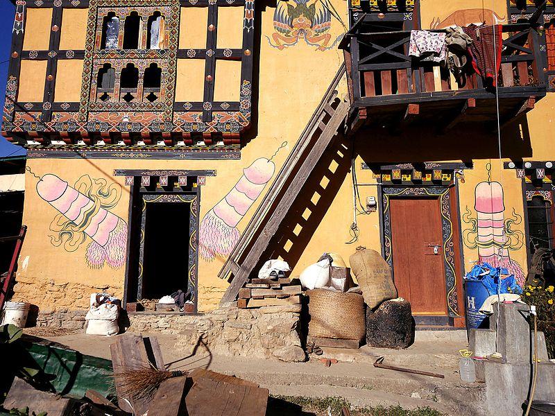 Fallikus jelképekkel ékesített bhutáni épület. (forrás: Wikipedia)