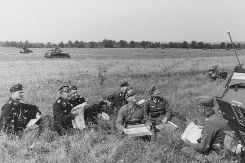 bundesarchiv_bild_146-1972-045-08_westfeldzug_rommel_bei_besprechung_mit_offizieren.jpg