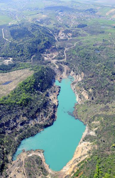 Akár lentről nézzük, akár fentről: az ország egyik legszebb tavával állunk szemben. (forrás: Wikipedia)
