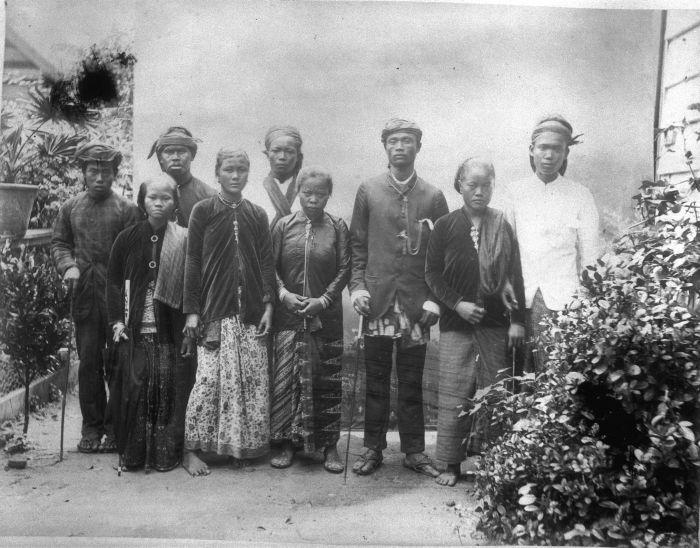 collectie_tropenmuseum_suriname_immigranten_afkomstig_uit_nederlands-indi_de_vrouw_rechts_draagt_een_peniti_tak_broche_tmnr_60008927.jpg