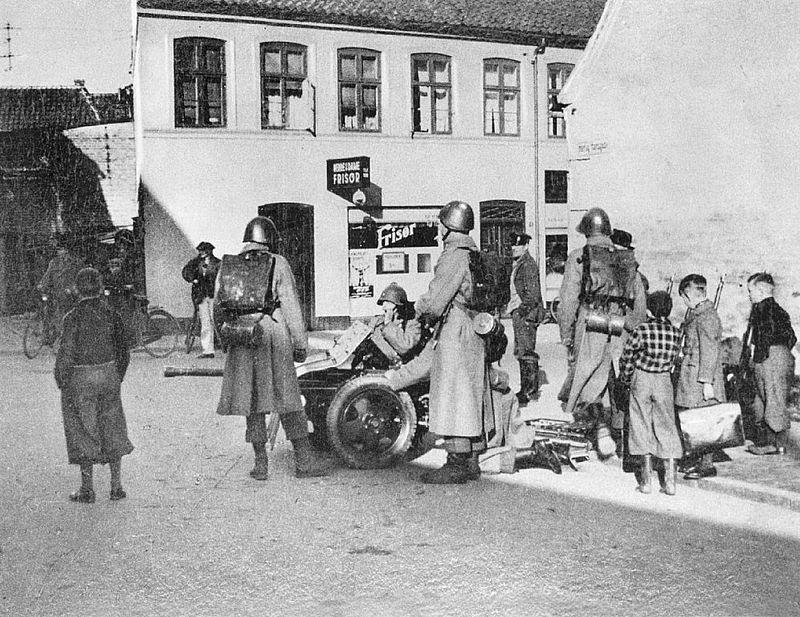 danske_soldater_med_fodfolkskanon_foran_hertug_hansgades_hospital_i_haderslev_den_9_april_1940_7392787658.jpg