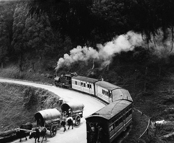 darjeeling_hill_train_in_the_1930s.jpg