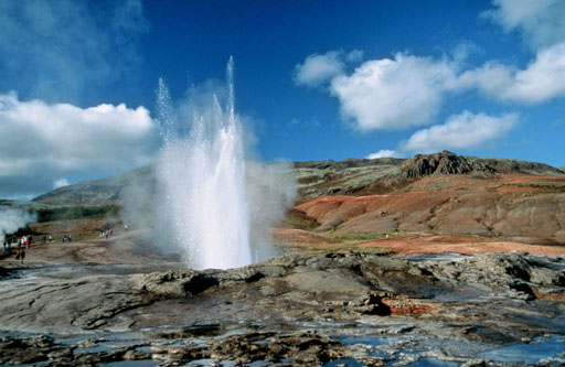 Izlandi gejzír. A nagy számú hőforrás nem csak elektromos árammal látja el az országot, hanem a rájuk épített termálfürdőknek köszönhetően évente több tízezer turistát is vonz Izlandra. (forrás: Wikipedia)