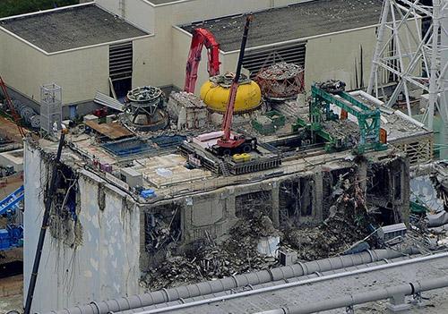 exposed_reactor_pressure_vessel_at_fukushima_daiichi_nuclear_power_plant_unit_4.jpg