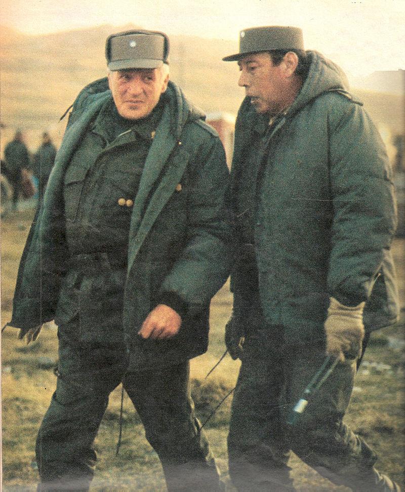 Leopoldo Galtieri tábornagy, a katonai junta vezetője és Mario Menéndez tábornagy, a Falkland-szigeteken települt argentin erők főparancsnoka. (forrás: Wikipedia)